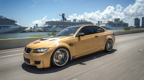 BMW envelopada com vinil 3M Brushed Gold pela Florida Car Wrap: campeã do Wrap2Wrap Battle