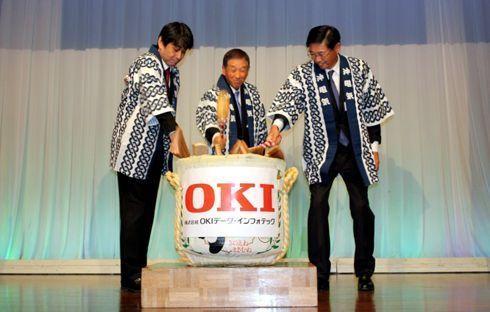 Executivos em cerimonial que concluiu os negócios de aquisição da Seiko I Infotech, que passa a chamar Oki Data Infotech