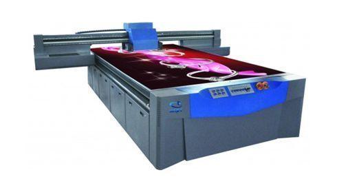 De acordo com a Tekra, o PVC rígido oferece rigidez e não exige revestimento para a aplicação de tinta UV