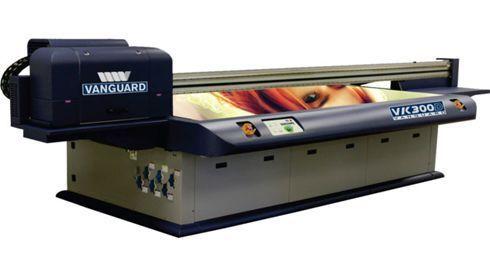 Plana, a VK300D pode imprimir até 40 placas em uma hora