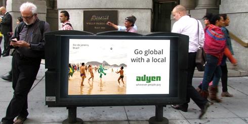 Telas permitem interação, via smartphones, com pedestres da cidade californiana