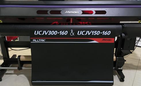 Modelo 300-160 pode empregar tinta branca e processo de impressão de quatro camadas