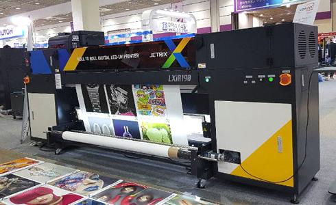São duas impressoras planas e um modelo rolo a rolo