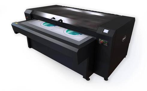Equipamento executa acabamento de tecidos estampados digitalmente