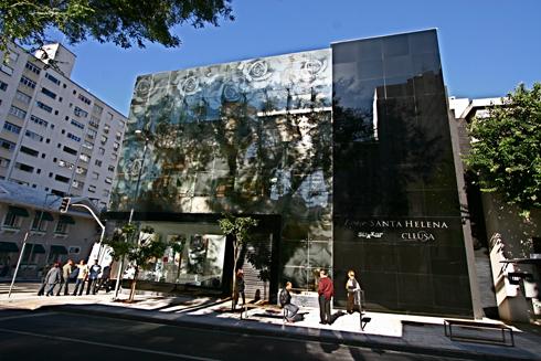 Edifício comercial em São Paulo com fachada em vidro fundido e imagem estampada