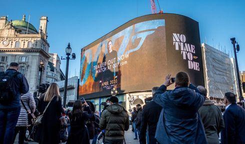 Trailer do novo 007 é exibido na Piccadilly Lights, em Londres