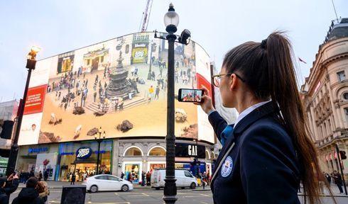 Campanha publicitária aconteceu nas Piccadilly Lights, de Londres