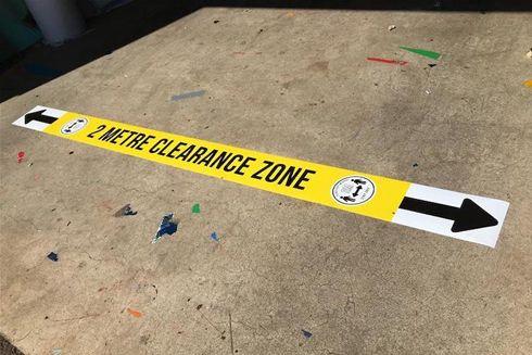 Gráficos instalados no chão ajudam a manter a distância adequada entre as pessoas