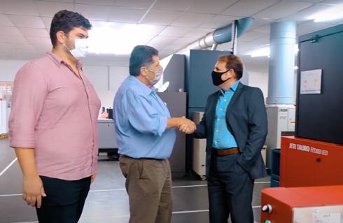Bruno Sapia (sócio-diretor da Artfix), Marcos Sapia (sócio-fundador da Artfix) e Herick Lytk (gerente de vendas inkjet da Agfa) comemoram parceria
