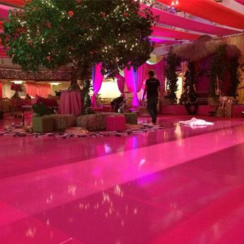 A Dolce Design, de New York, nos EUA, criou uma pista de dança rosa para a recepção de um casamento. Foram usados vinis da linha 700 High Performance Film