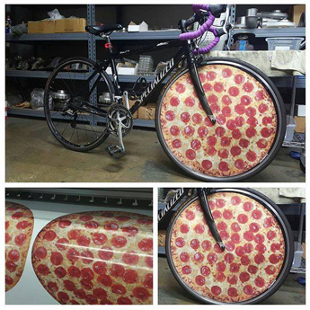Fotos de pizzas foram impressas em vinis MPI 1005 Supercast Easy Apply RS pela Red Line Design, nos EUA