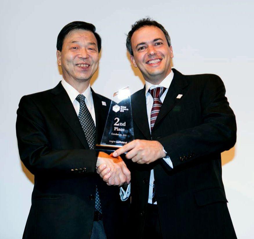 Alexandre Geraldi recebe troféu de executivo da Roland DG, no Japão